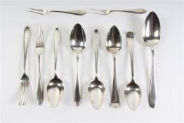Zilveren puntfilet bestek: dienlepel, vier lepels, twee vorken en twee vleesvorkjes, Hollands