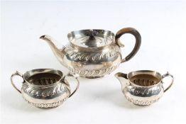 Zilveren theeservies bestaande uit theepot, melkkan en suikerpot, Engeland.