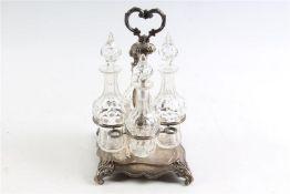 Zilveren met kristallen olie- en azijnstel, Halland, Biedermeier, 19e eeuw. H: 29 cm.