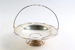 Zilveren hengselschaal, Engeland. D: 27.5 cm, Gewicht: 680 g.