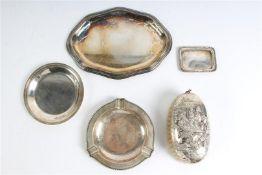 Vier zilveren schaaltjes en een borstel. Gewicht: 431 g. (excl. borstel)