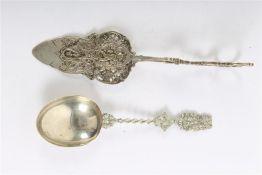 Zilveren geboortelepel en een soezentang. Gewicht: 122 g.