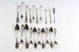 Zilveren bestekdelen, Hollands gekeurd, 1e gehalte. Toegevoegd twee vleesvorkjes en een