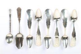 Zes Biedermeier koffielepels, suikerschepje en een lepeltje, alle zilver. Gewicht: 67 g