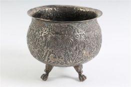 Zilveren cachepot, Perzisch gedecoreerd. HxD: 11 x 11.5 cm.