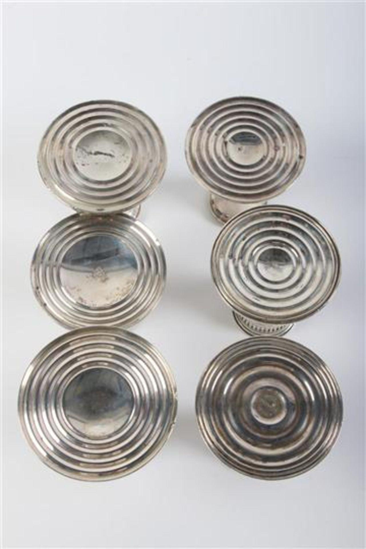 Zeven zilveren kandelaars, Engeland, 20e eeuw. H: 7 - 9 cm. - Bild 2 aus 4