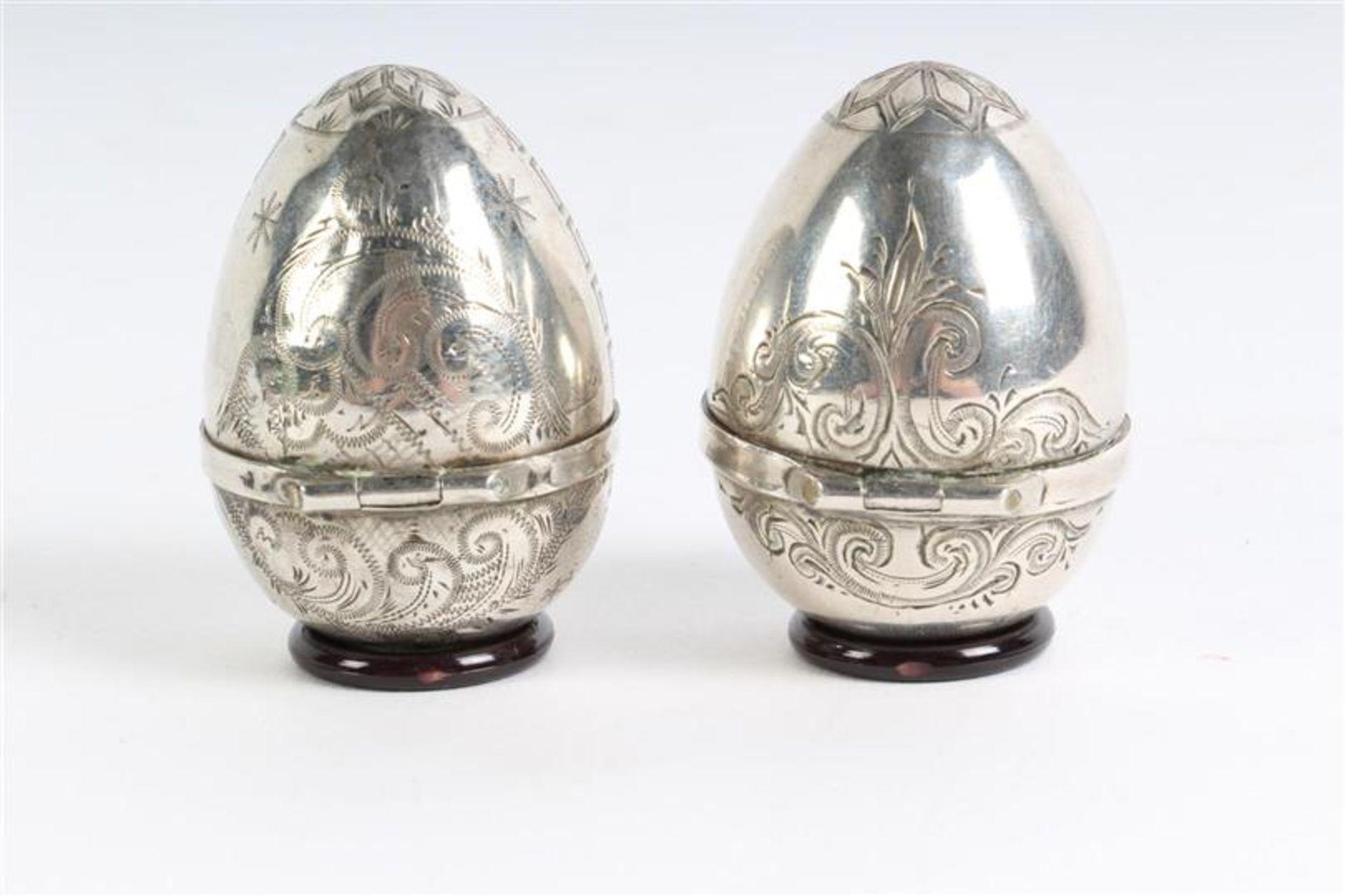 Twee eiervormige zilveren doosjes. H: 4.7 cm. - Bild 5 aus 5