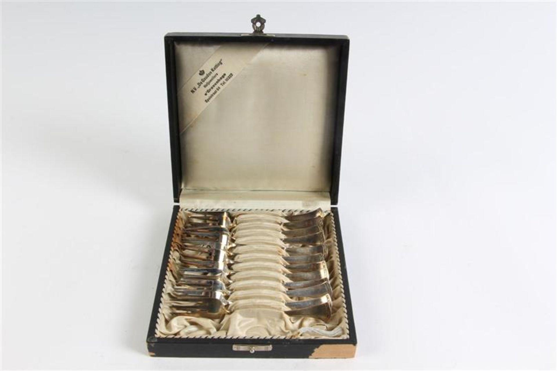 Cassette met zilveren vorkjes.