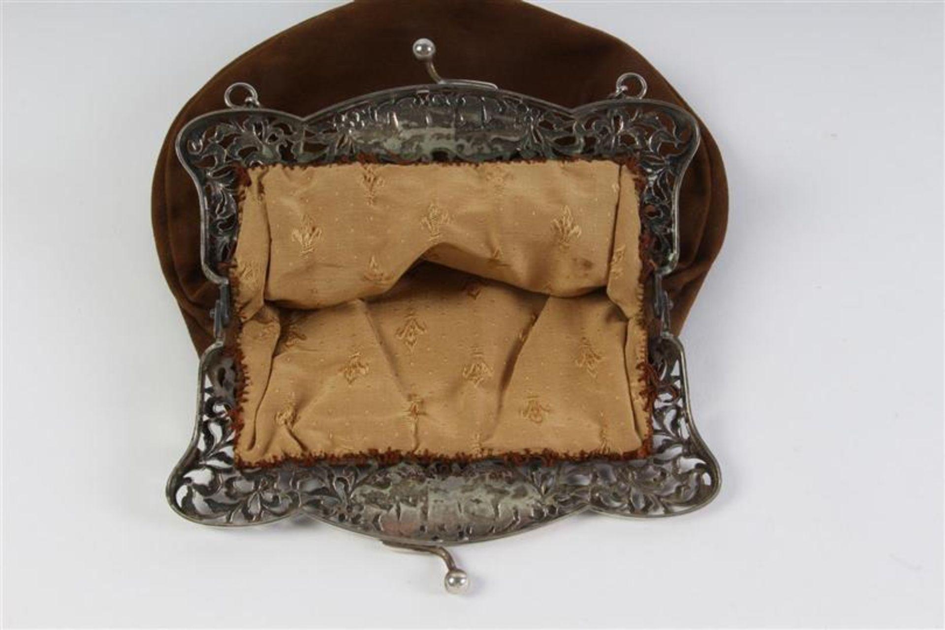 Twee zilveren beursbeugels met stoffen tas. - Bild 3 aus 7
