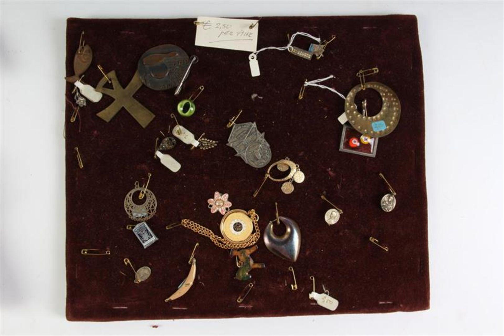 Houten tafelvitrine met sieraden. HxBxD: 55.5 x 37 x 13.5 cm. - Bild 5 aus 5