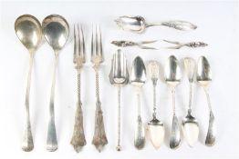 Diverse zilveren vorkjes en lepeltjes, w.o. suikerschepjes en jamlepels. Gewicht: 200 g.
