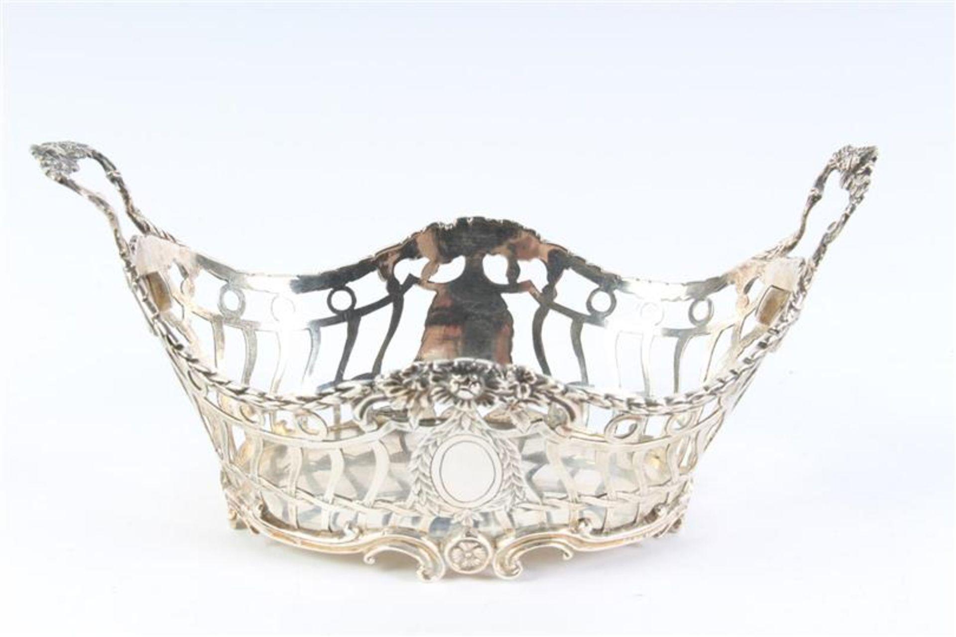 Zilveren mandje, ajour met guirlandes, gaatje in de bodem. HxBxD: 8.5 x 17 x 10 cm.