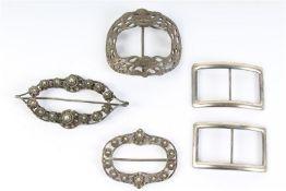 Set van vijf zilveren gespen, Hollands gekeurd. Gewicht: 113 g.