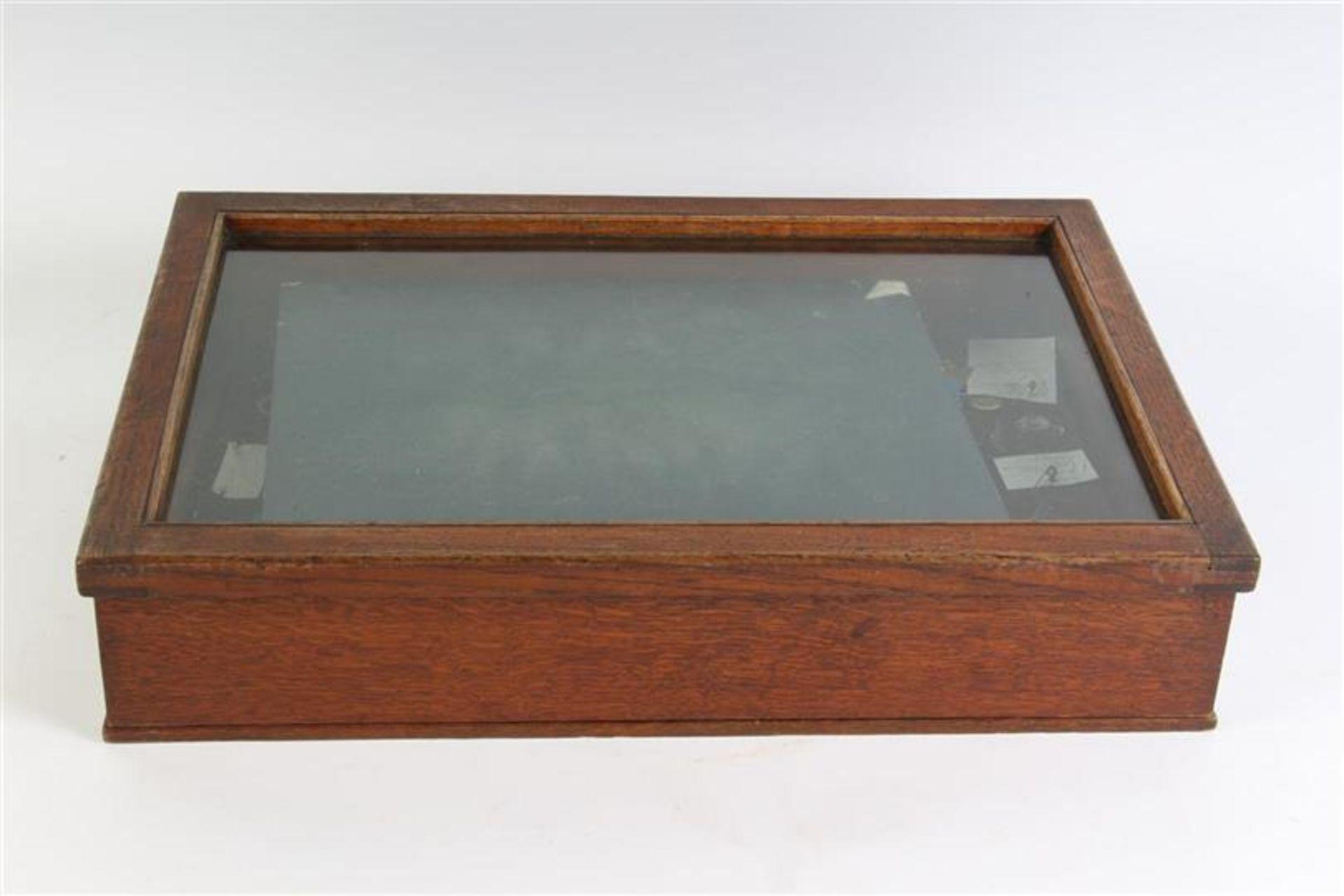 Houten tafelvitrine met sieraden. HxBxD: 55.5 x 37 x 13.5 cm.