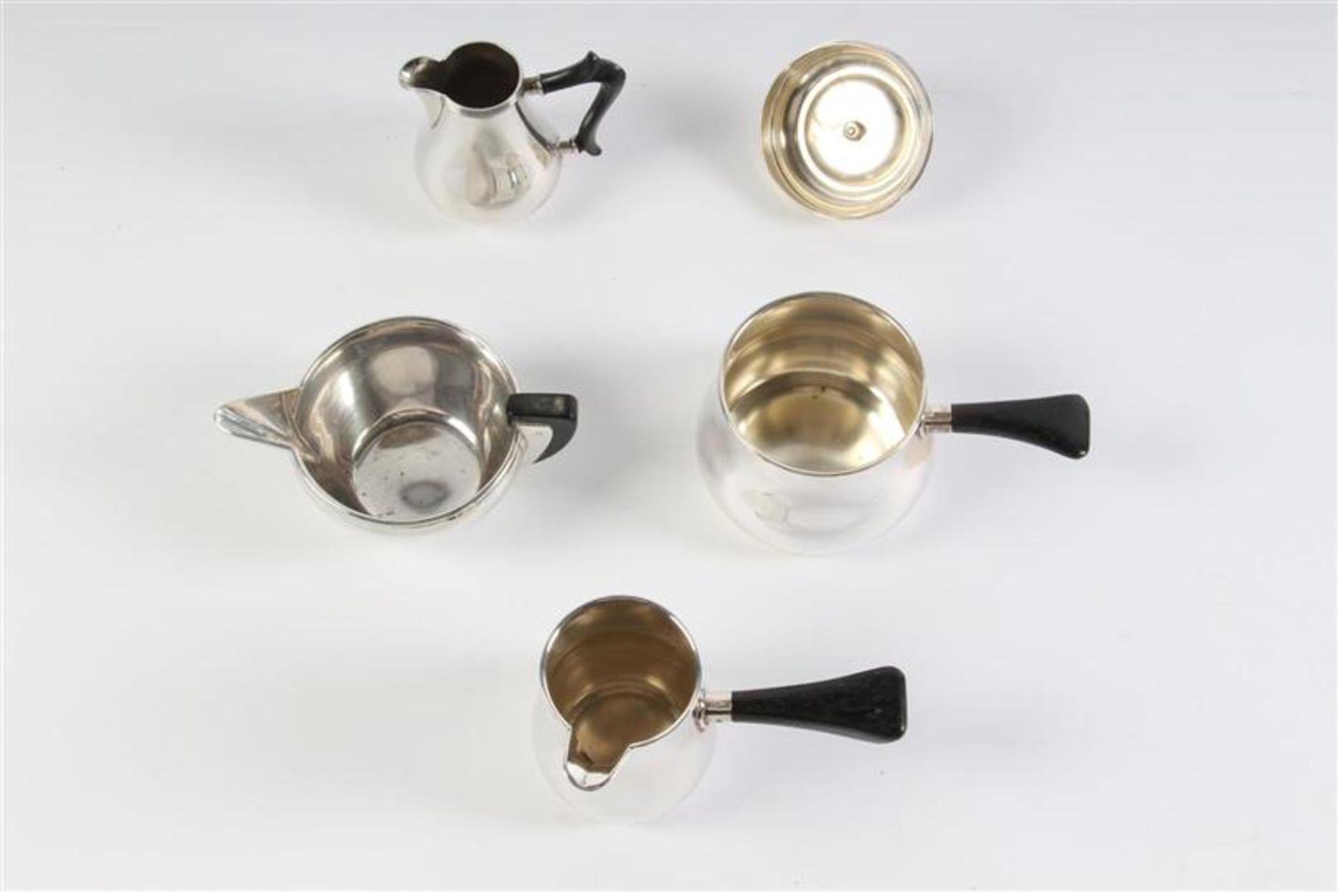 Vier zilveren mokka- en roomkannetjes, Holland, 20e eeuw. - Bild 2 aus 3