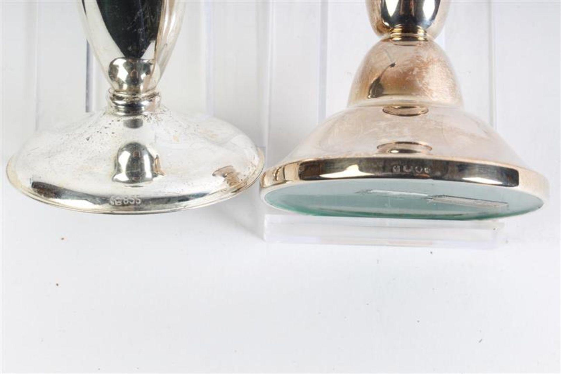 Zilveren kandelaartje, Hollands gekeurd. Toegevoegd vaasje en schaaltje, 835 gemerkt. - Bild 5 aus 5