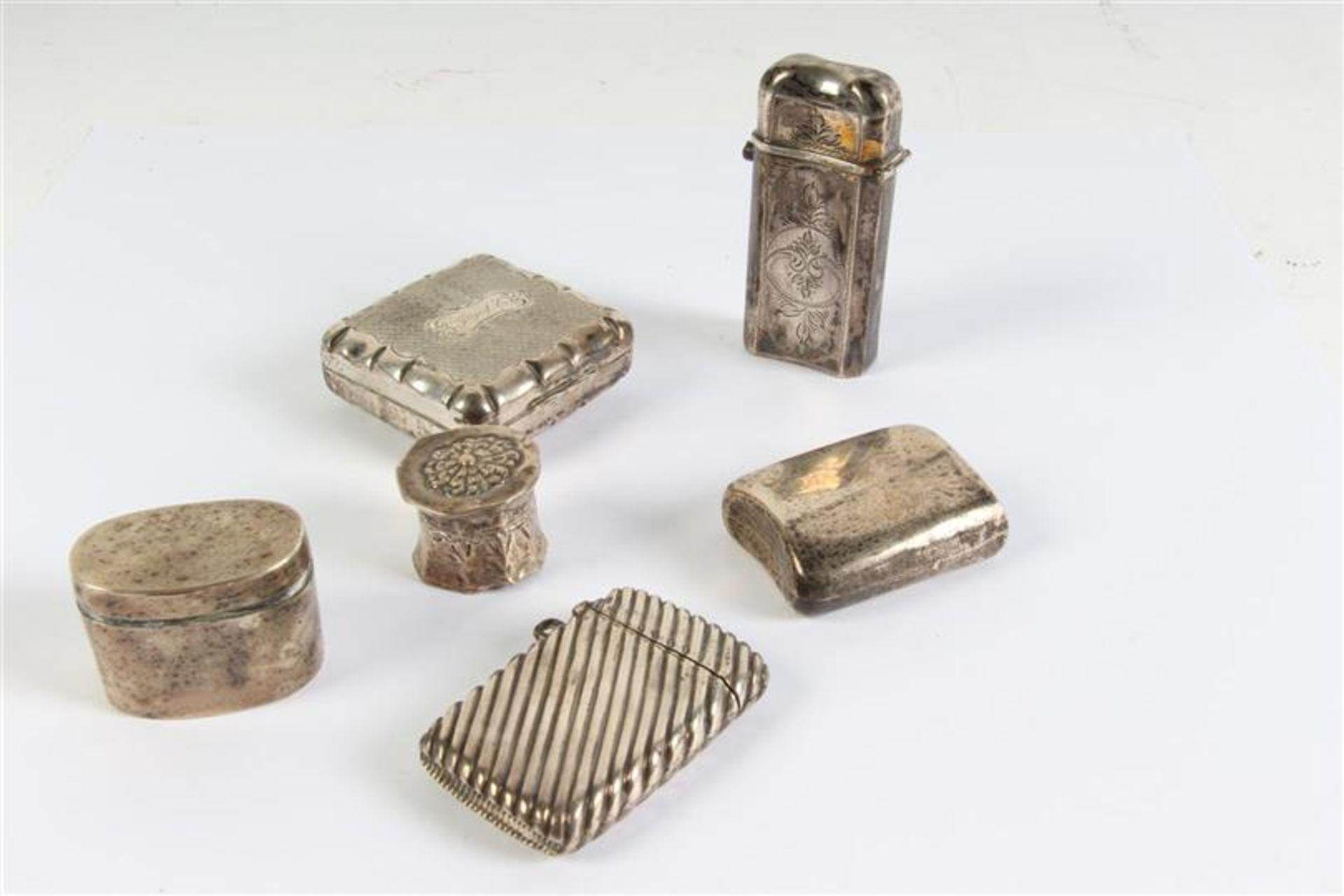 Set van zes diverse zilveren doosjes, waaronder loderein en tondel.