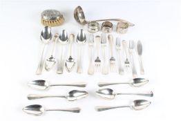 Divers zilveren bestek bestaande uit 12 lepels, 7 vorken, 3 servetringen, vismesje en een