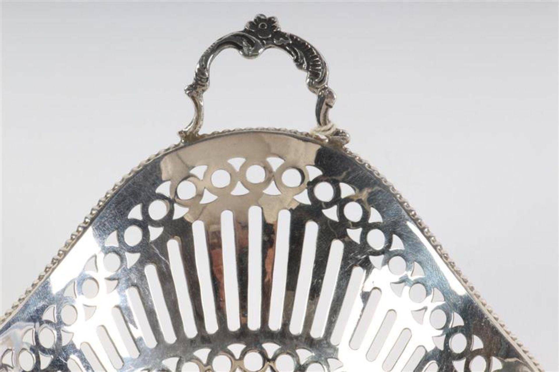 Zilveren bonbonmandje met parelrand, Holland, 20e eeuw. L: 16 cm. Gewicht: 82 g. - Bild 3 aus 4