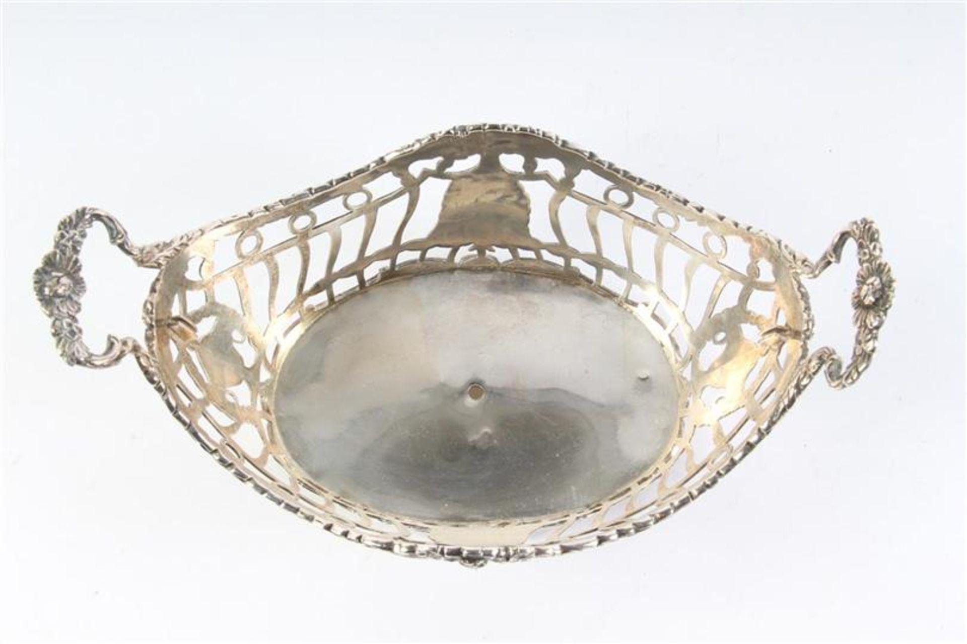 Zilveren mandje, ajour met guirlandes, gaatje in de bodem. HxBxD: 8.5 x 17 x 10 cm. - Bild 2 aus 4
