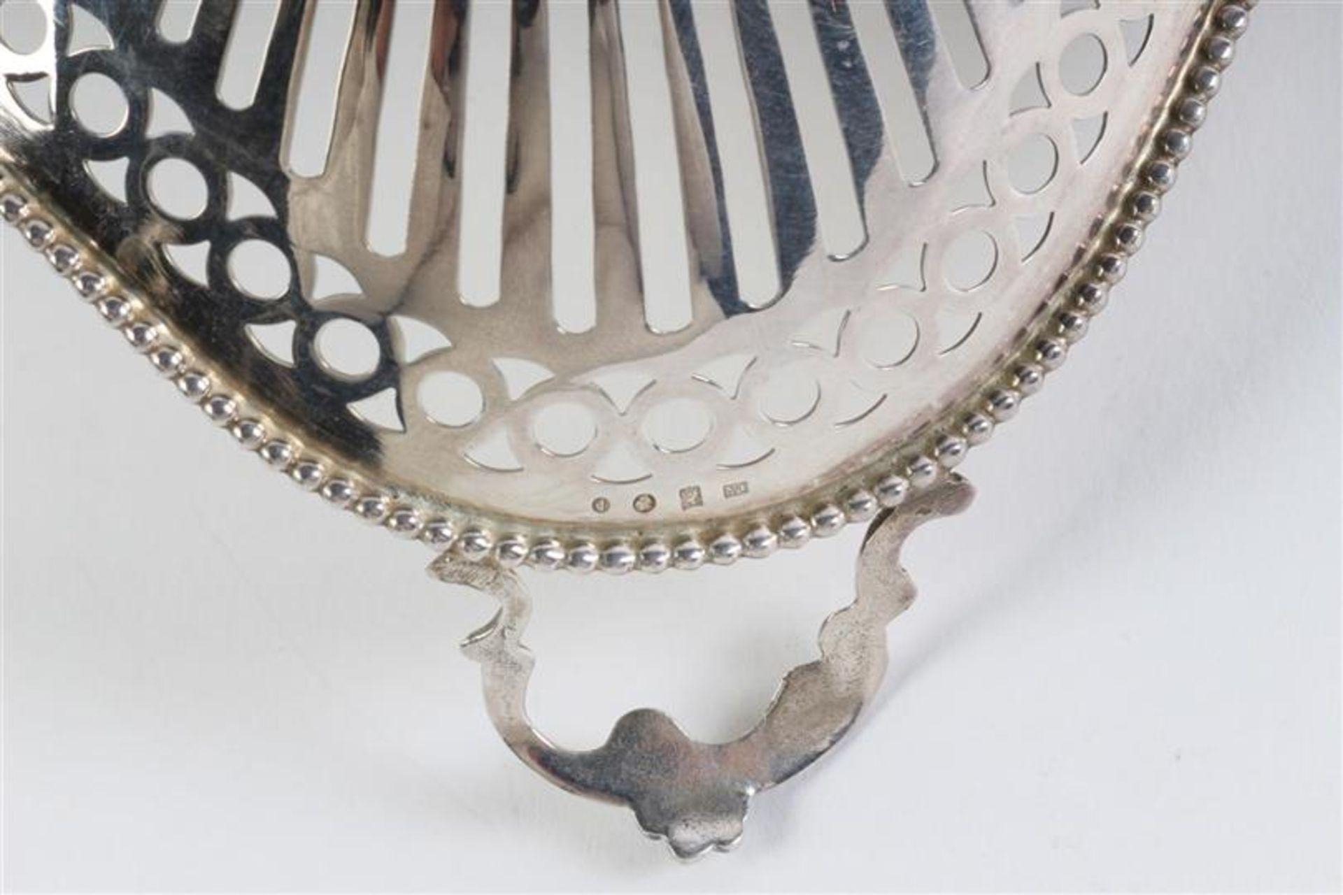 Zilveren bonbonmandje met parelrand, Holland, 20e eeuw. L: 16 cm. Gewicht: 82 g. - Bild 4 aus 4