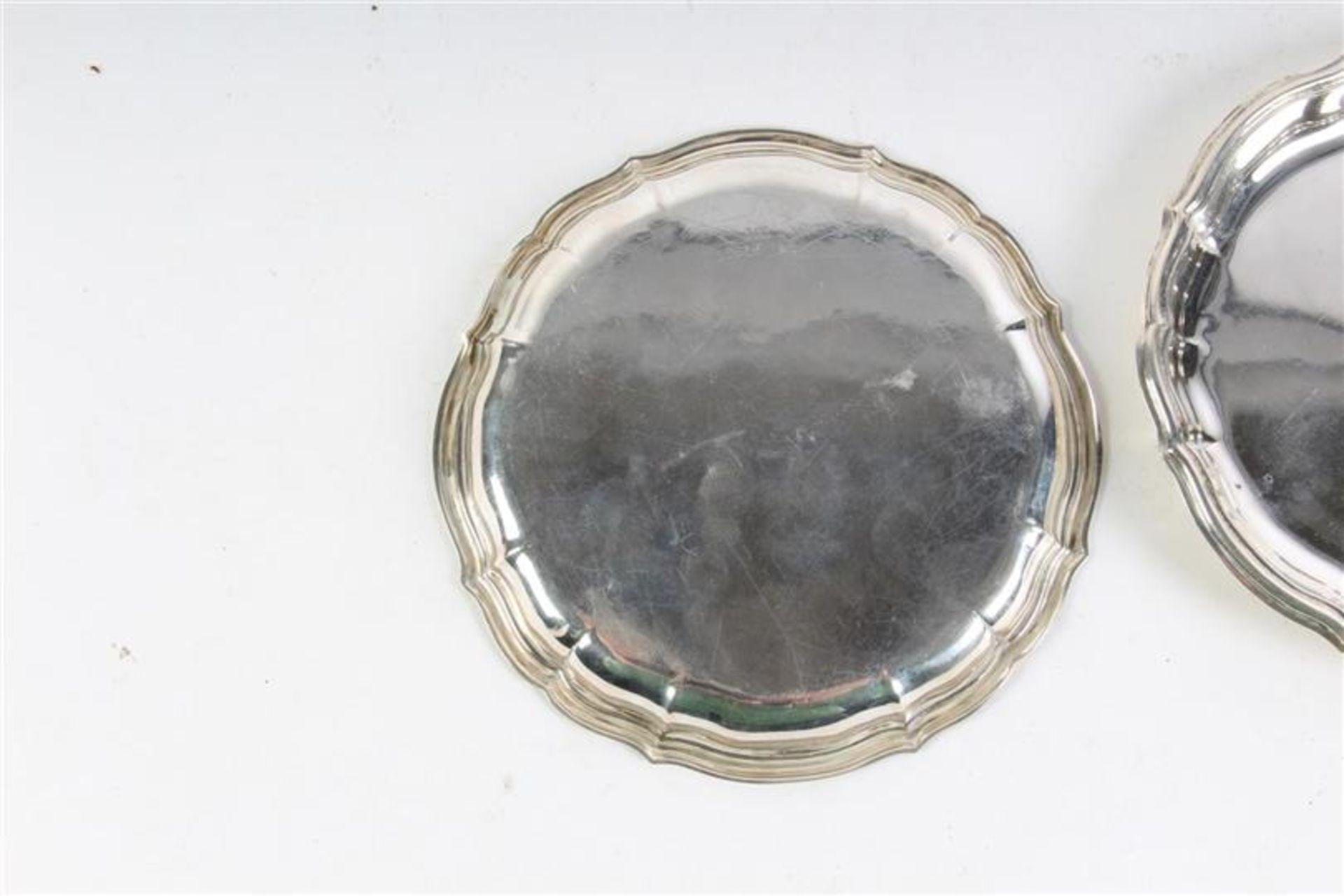 Twee zilveren gecontourneerde schaaltjes. D: 14.5 cm. - Bild 2 aus 3