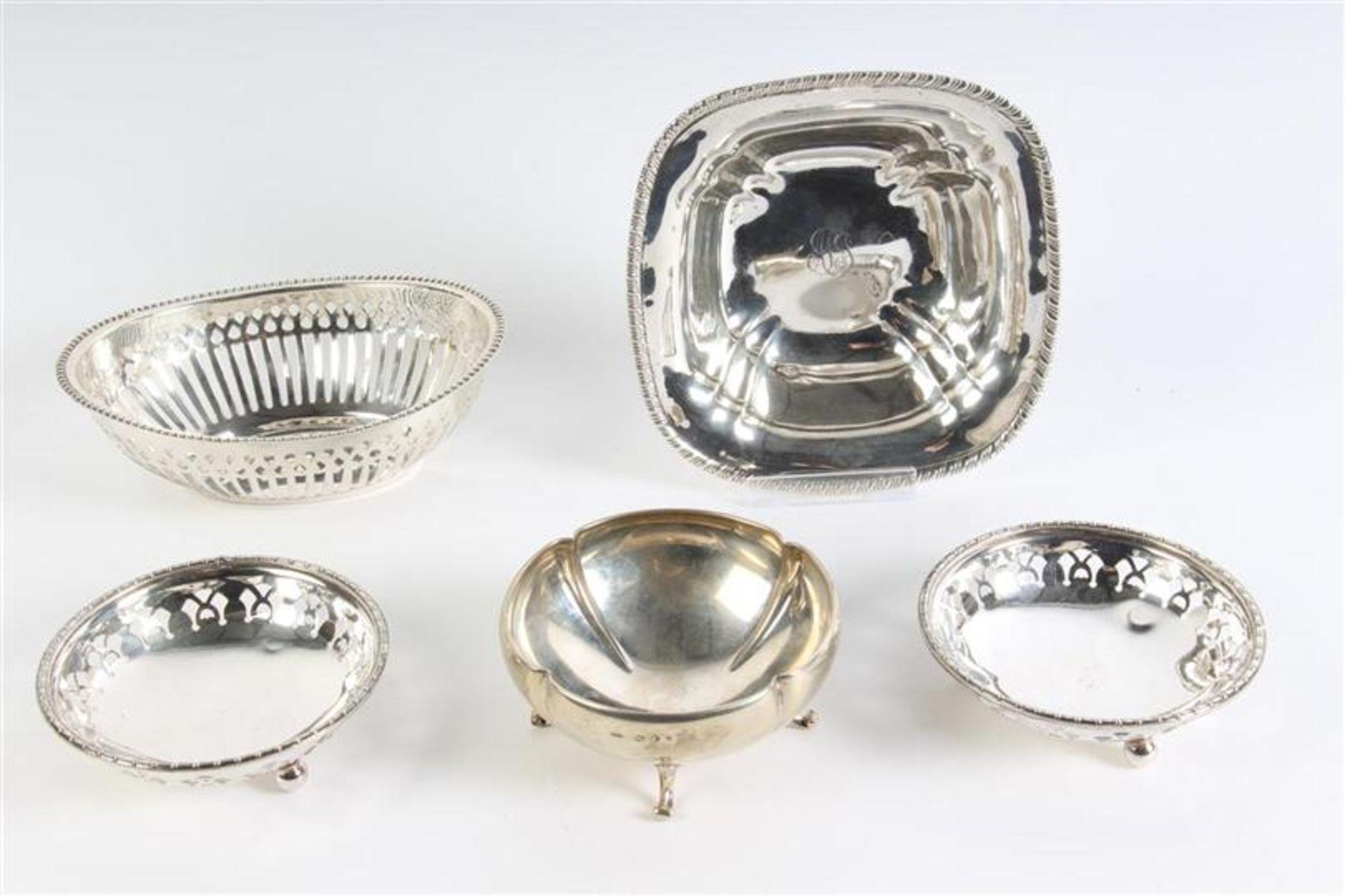 Set van vijf diverse mandjes, waaronder zilver Hollands gekeurd. Gewicht: 396 g.