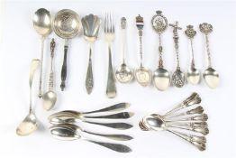 Zilveren lepeltjes, ca. 25 stuks. Gewicht: 284 g.