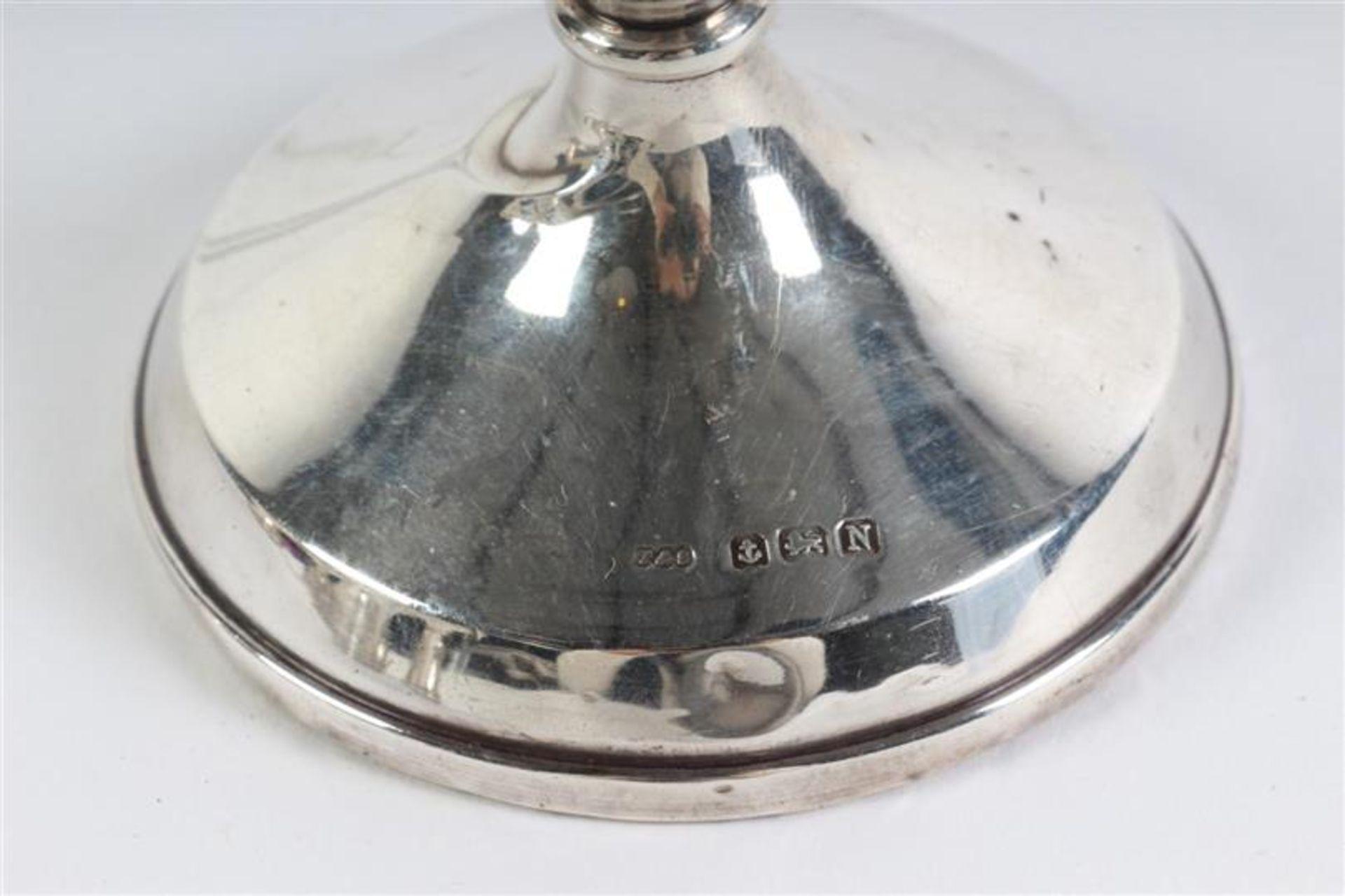 Zeven zilveren kandelaars, Engeland, 20e eeuw. H: 7 - 9 cm. - Bild 3 aus 4
