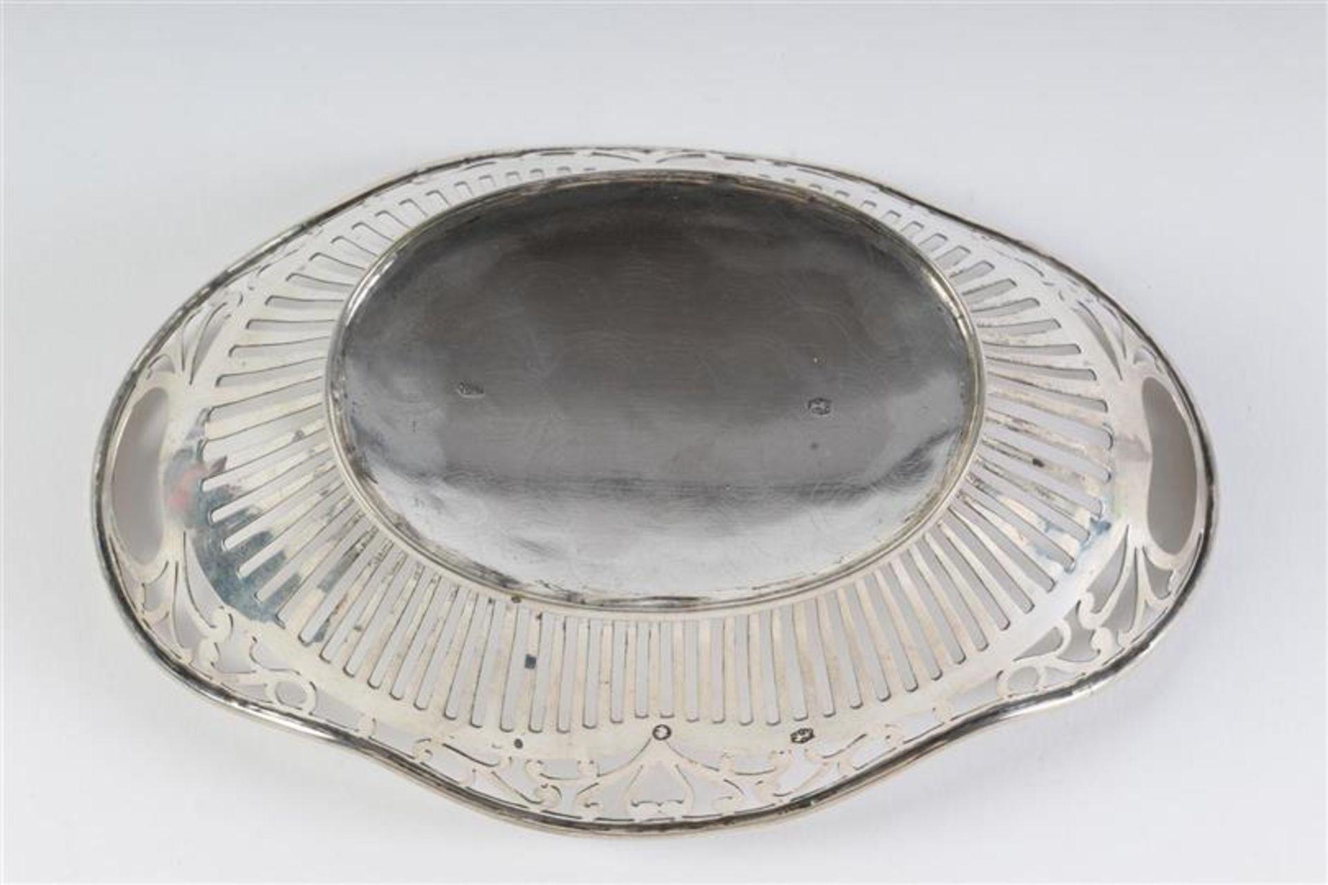 Zilveren bonbonmandje, Holland, 20e eeuw. L: 14. 5 cm. Gewicht: 68 g. - Bild 2 aus 3