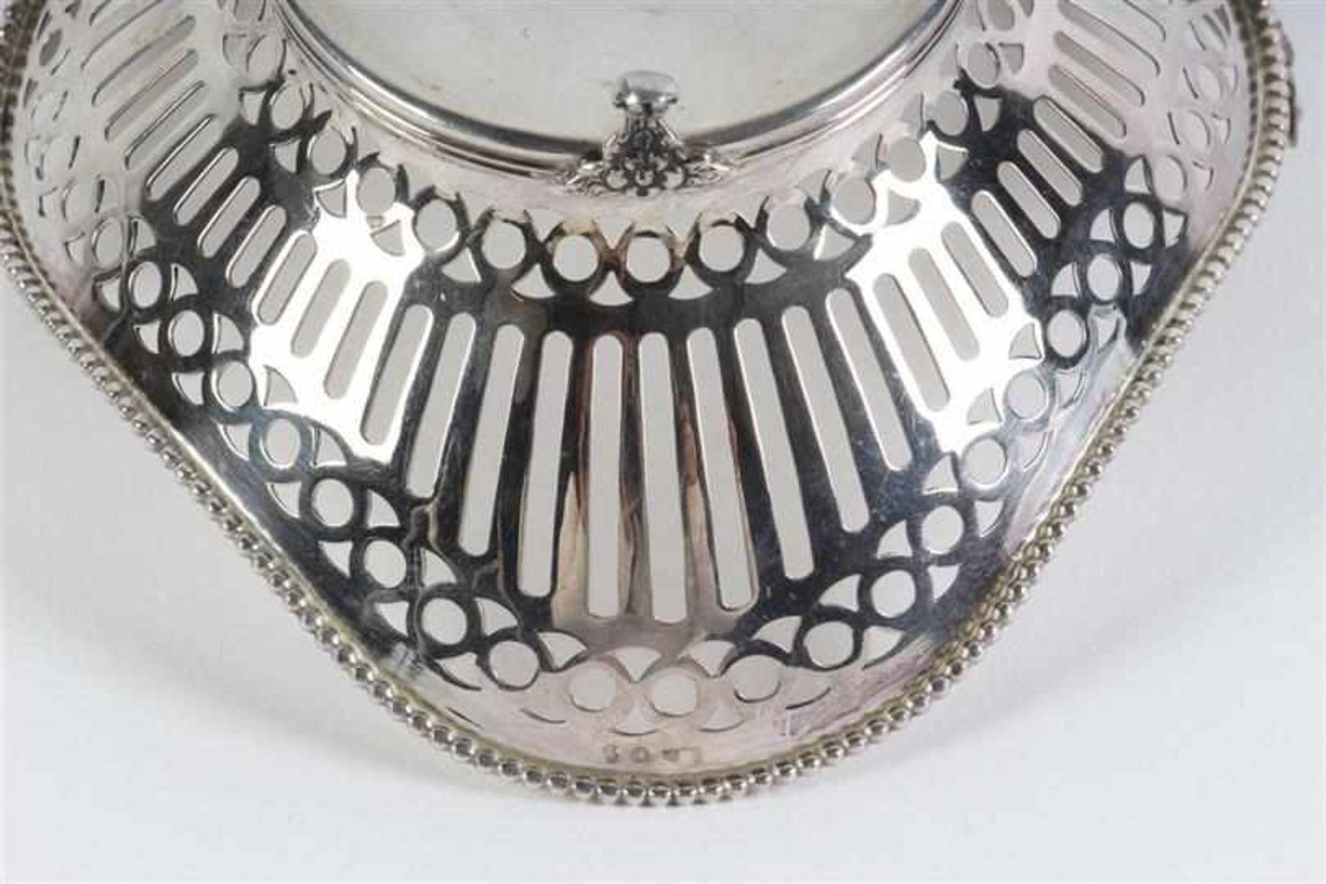 Zilveren bonbonmandje met hengsel en parelrand, Holland, 20e eeuw. L: 13 cm. Gewicht: 94 g. - Bild 4 aus 4