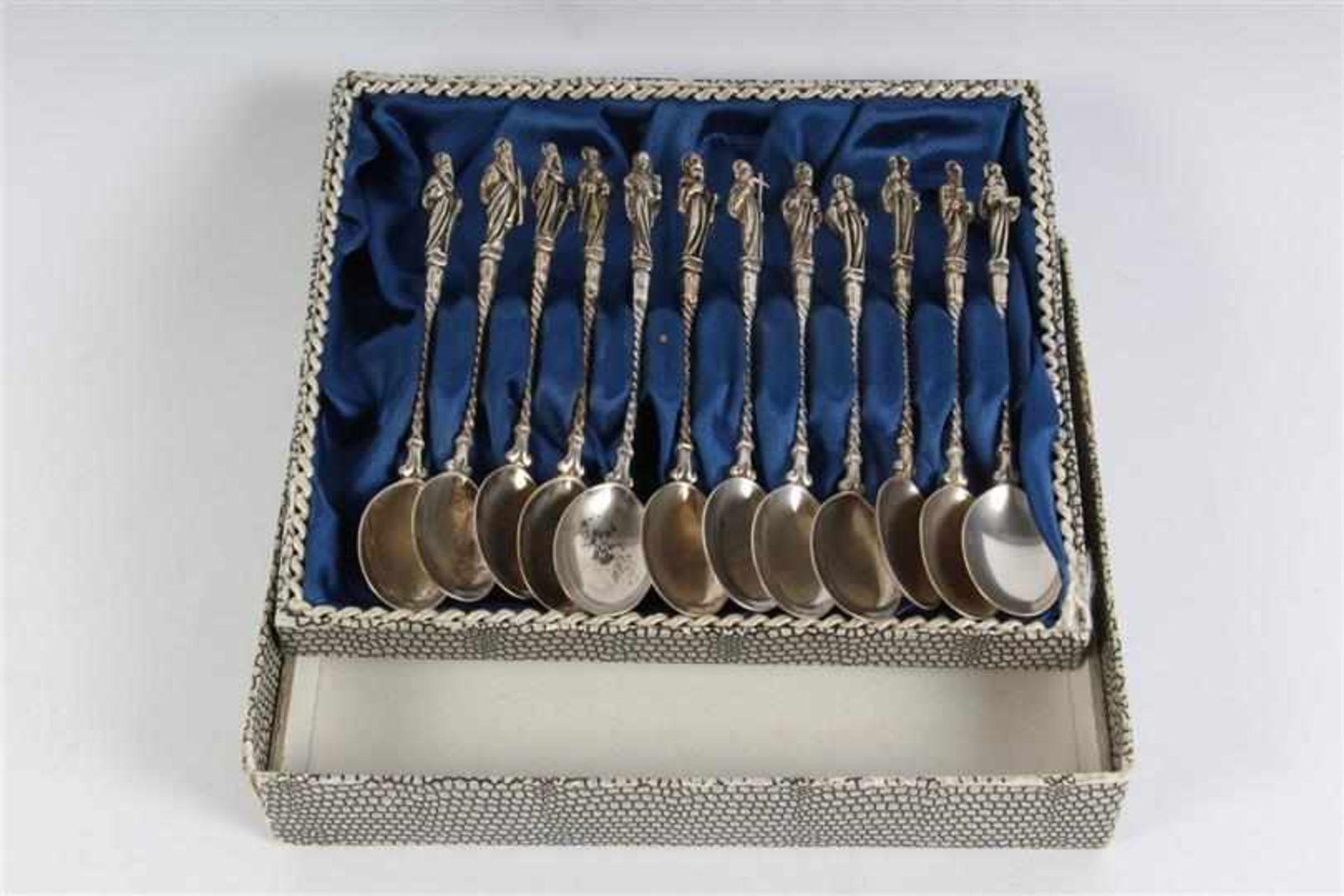Set van twaalf zilveren Apostel lepeltjes, in cassette van Juwelier Kan Amsterdam. Gewicht: 143 g.