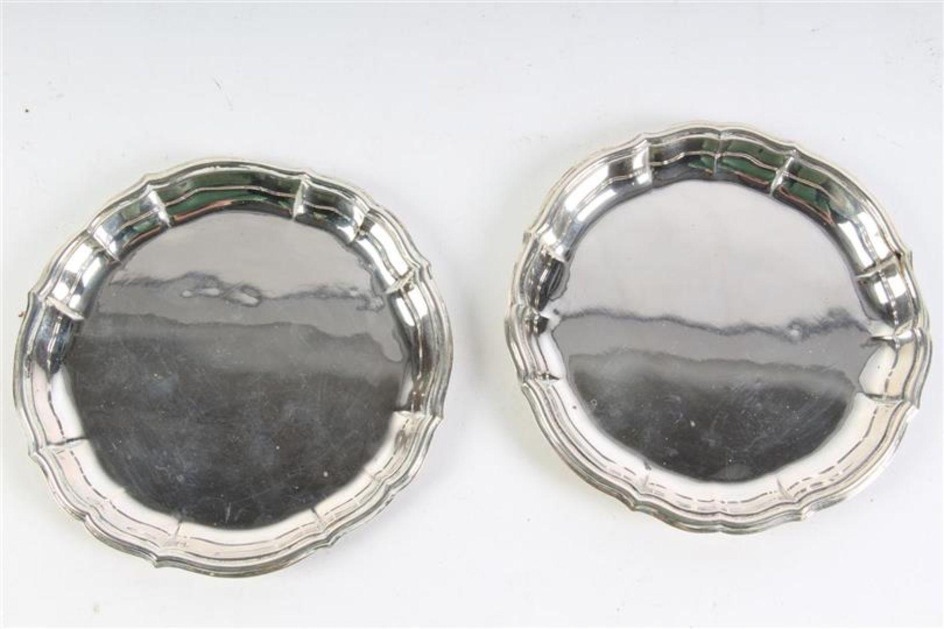 Twee zilveren gecontourneerde schaaltjes. D: 14.5 cm.