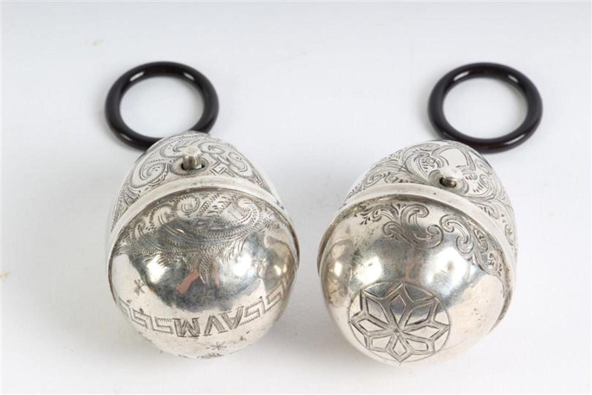 Twee eiervormige zilveren doosjes. H: 4.7 cm. - Bild 4 aus 5