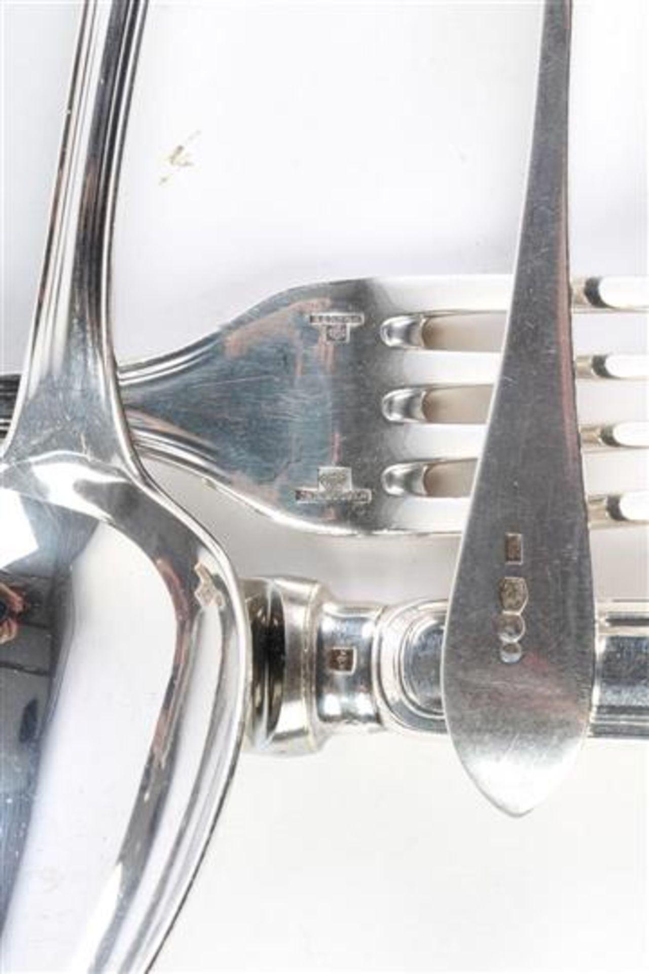 Set van twee zilveren botermesjes Hollands gekeurd, daarbij twee Christofle couverts. - Bild 3 aus 3