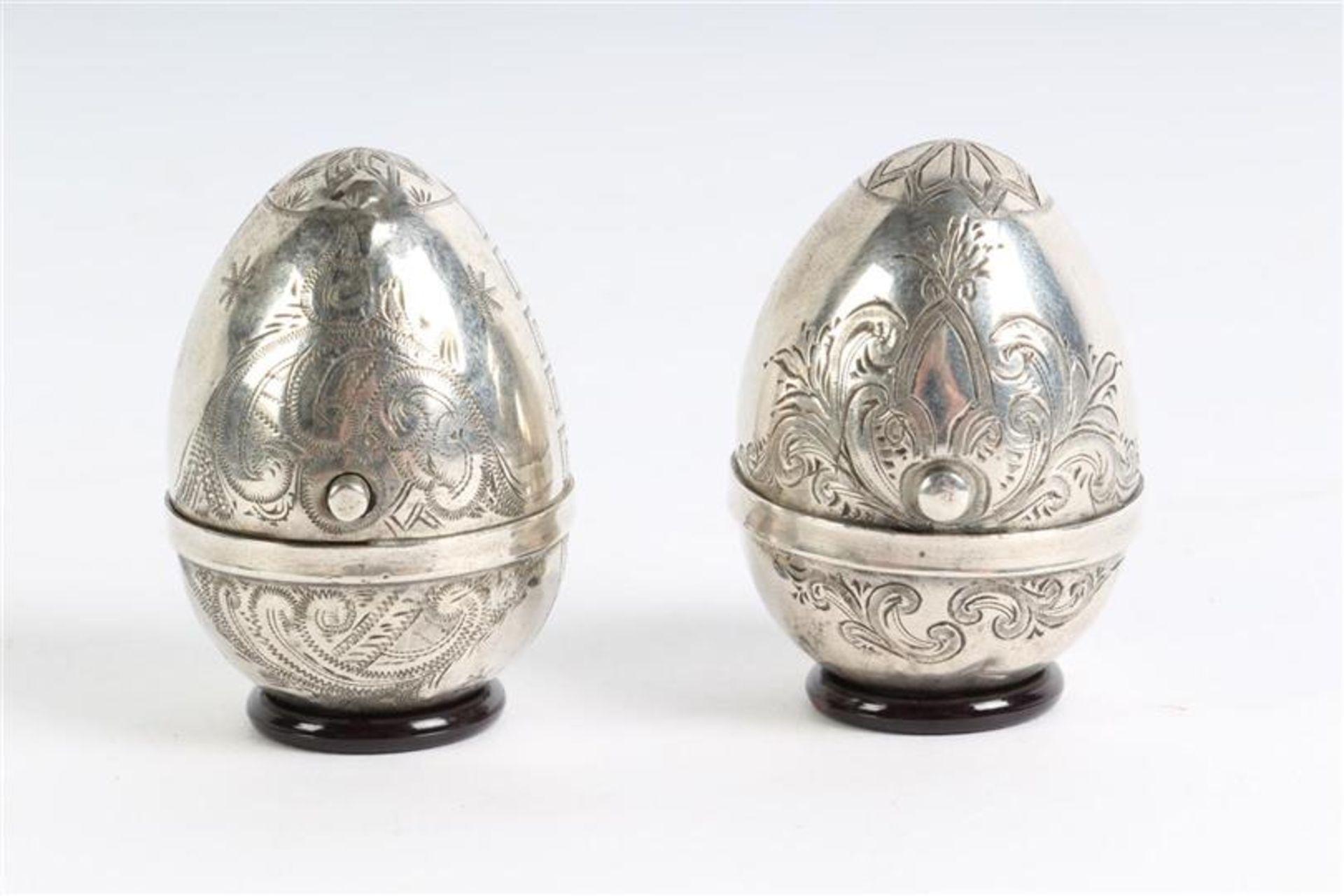 Twee eiervormige zilveren doosjes. H: 4.7 cm.