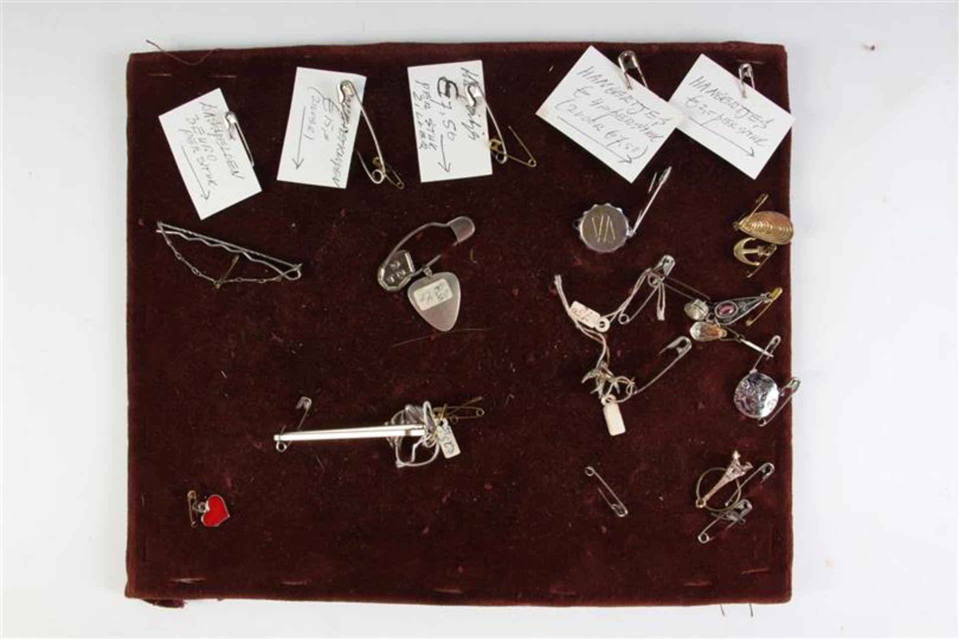 Houten tafelvitrine met sieraden. HxBxD: 55.5 x 37 x 13.5 cm. - Bild 4 aus 5