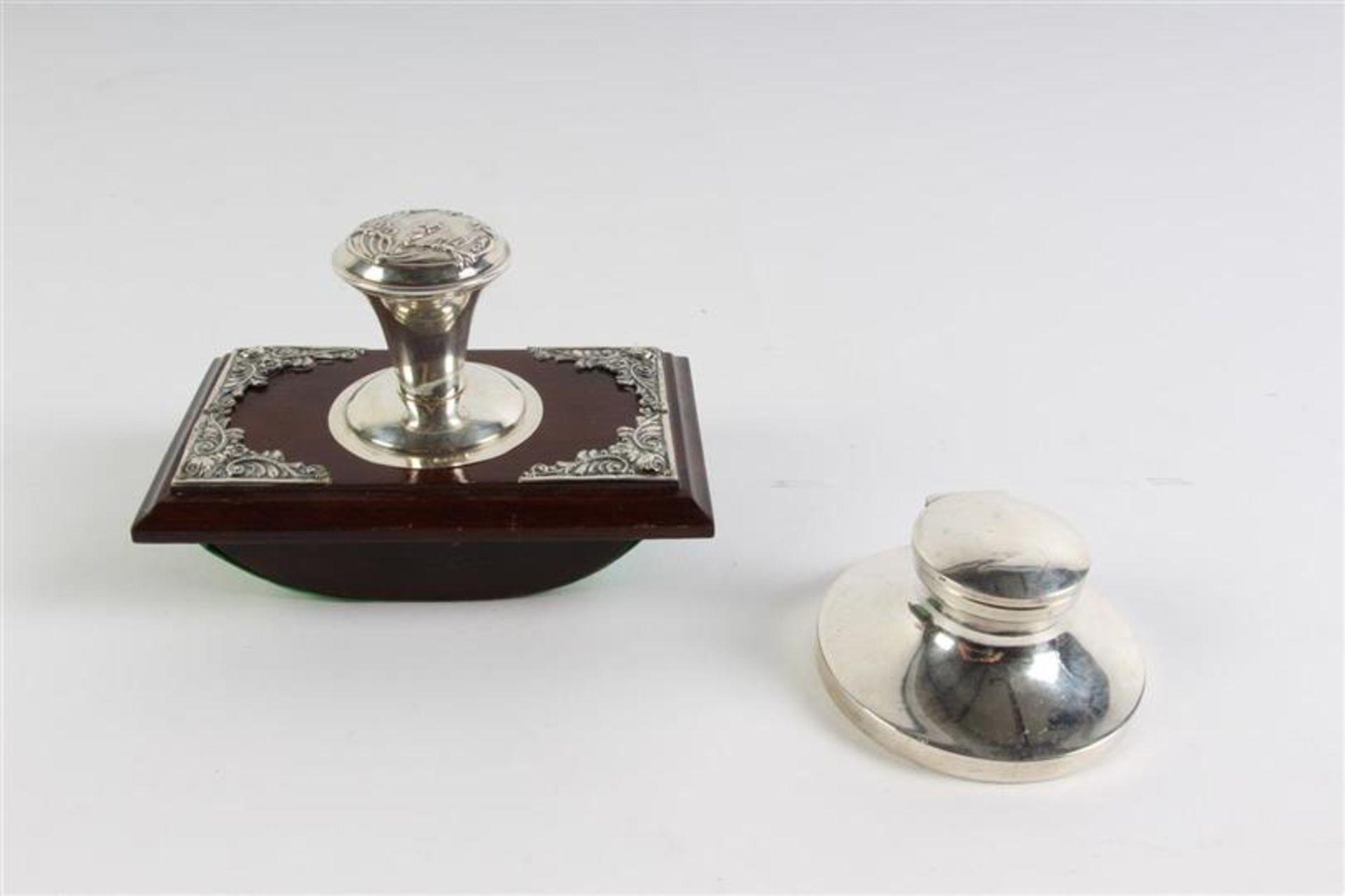 Zilveren met houten inktdepper en een zilveren inktpotje.