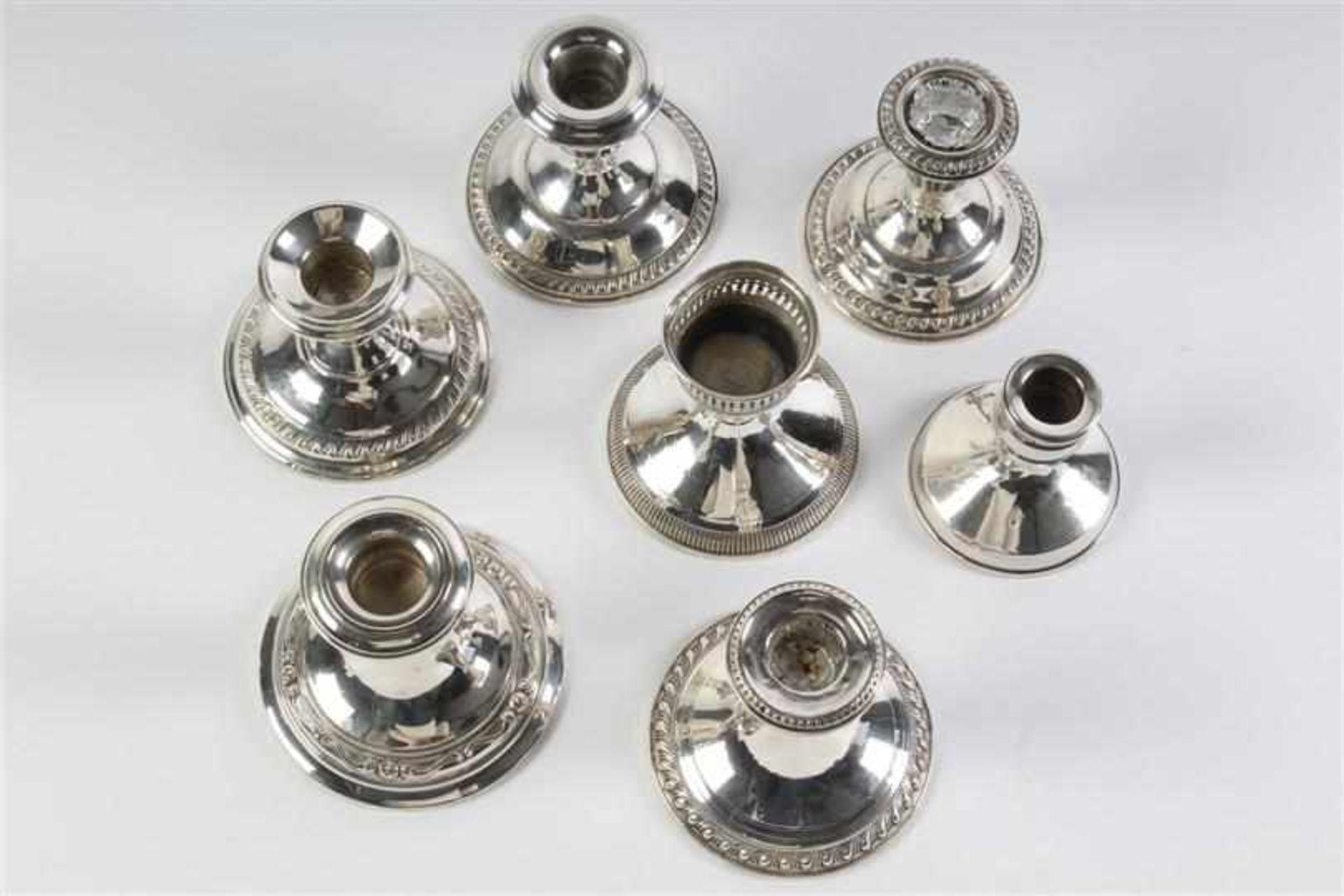 Zeven zilveren kandelaars, Engeland, 20e eeuw. H: 7 - 9 cm. - Bild 4 aus 4