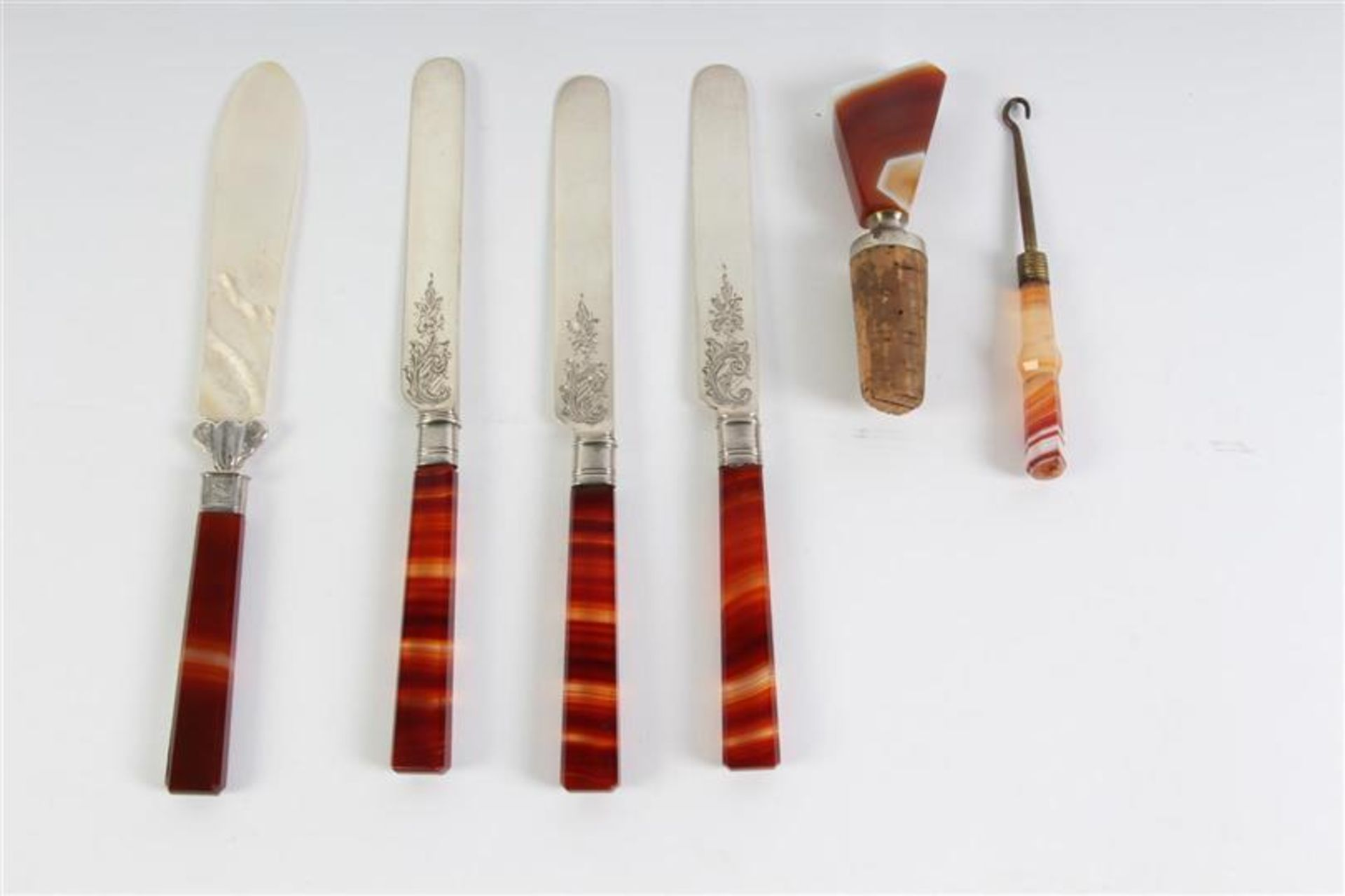 Drie zilveren messen, briefopener, veterhaak en kurkenstop, alle met cornalijn.