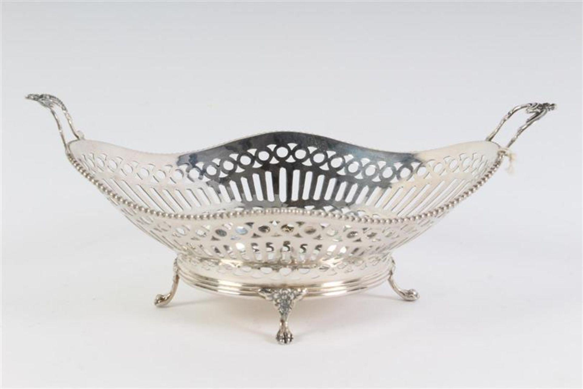 Zilveren bonbonmandje met parelrand, Holland, 20e eeuw. L: 16 cm. Gewicht: 82 g.