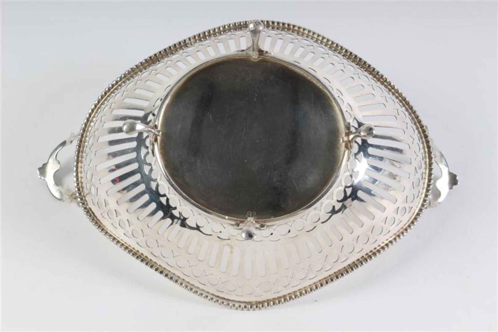 Zilveren bonbonmandje met parelrand, Holland, 20e eeuw. L: 16 cm. Gewicht: 82 g. - Bild 2 aus 4