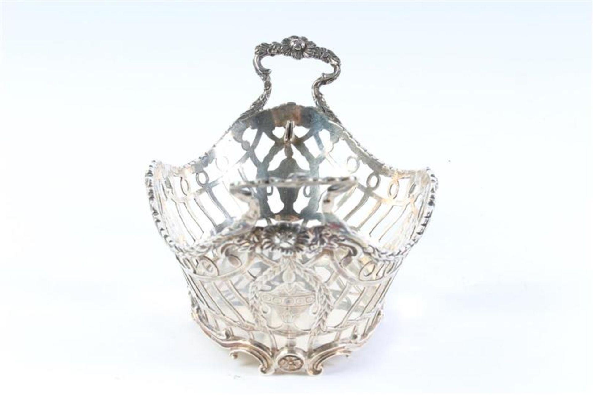 Zilveren mandje, ajour met guirlandes, gaatje in de bodem. HxBxD: 8.5 x 17 x 10 cm. - Bild 4 aus 4