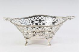 Zilveren bonbonmandje met parelrand, Holland, 20e eeuw. L: 15 cm. Gewicht: 70 g.