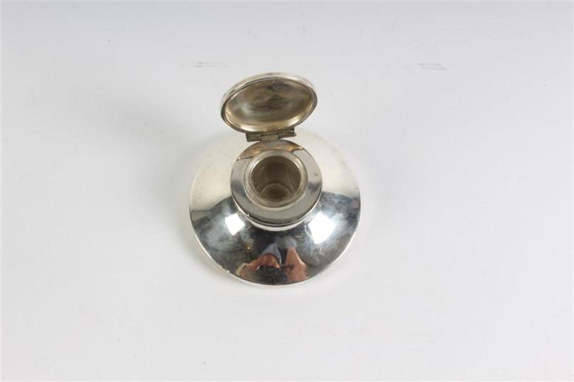 Zilveren met houten inktdepper en een zilveren inktpotje. - Bild 4 aus 5