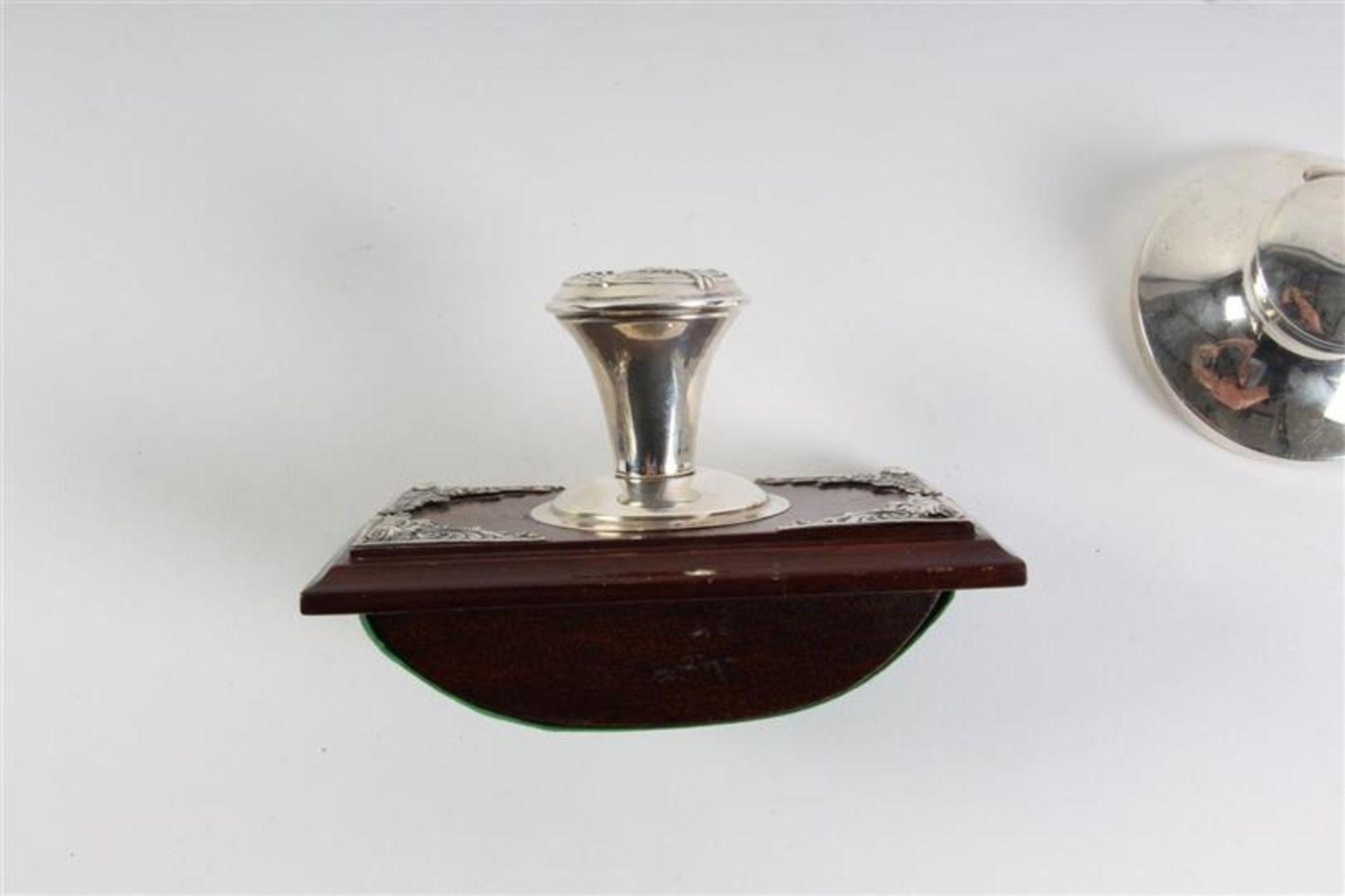 Zilveren met houten inktdepper en een zilveren inktpotje. - Bild 2 aus 5