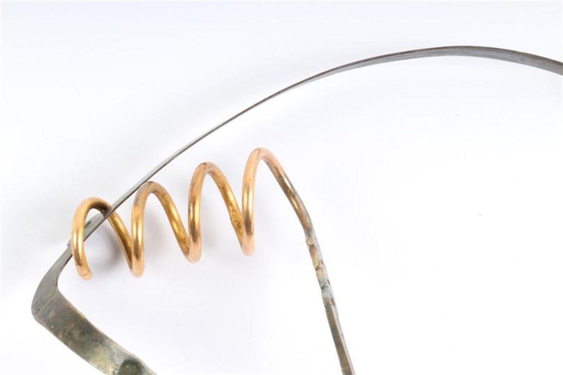 Zilveren oorijzers met gouden krullen, Hollands gekeurd. Gewicht: 42 g. - Bild 2 aus 2