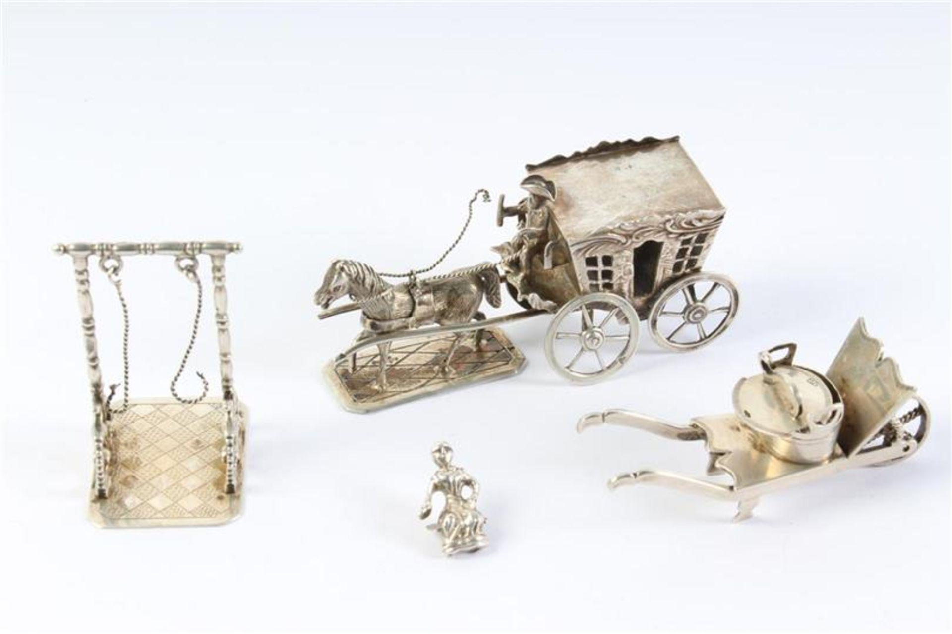 Set van drie zilveren miniaturen, Hollands gekeurd. Gewicht: 99.1 g.