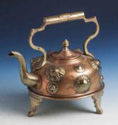 Kleine Teekanne, wohl 19. Jahrhundert, Kupfer m. Messingverzierungen.