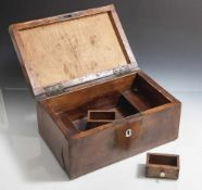 Nähkästchen, Biedermeier um 1830, Mahagoni furniert, der scharnierte Deckel mit Bandintarsie und